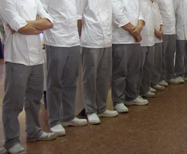 Alcuni allievi cuochi appena usciti da un corso di cucina professionale.