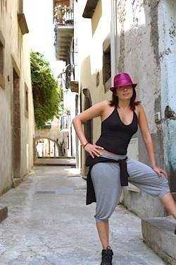 Mariangela in un vicolo di Lipari, durante un viaggio enogastronomico della scorsa estate.