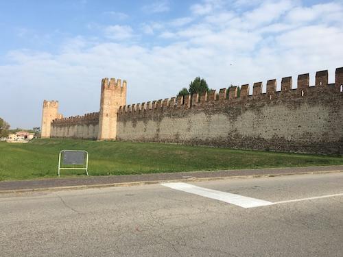 Veduta esterna di una parte delle mura di Montagnana.