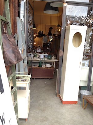La bottega di un restauratore di mobili.