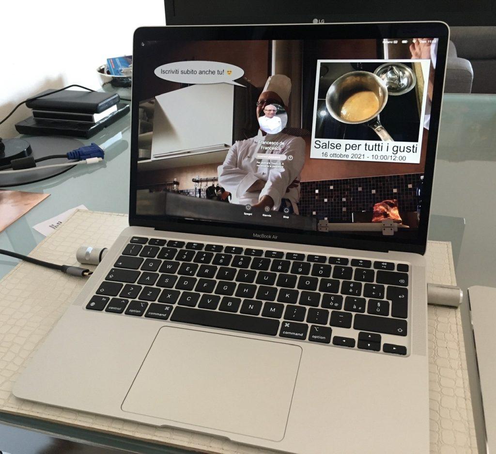 Visione frontale del mio notebook MacBook Air M1, aperto ed acceso, col mio attuale desktop.