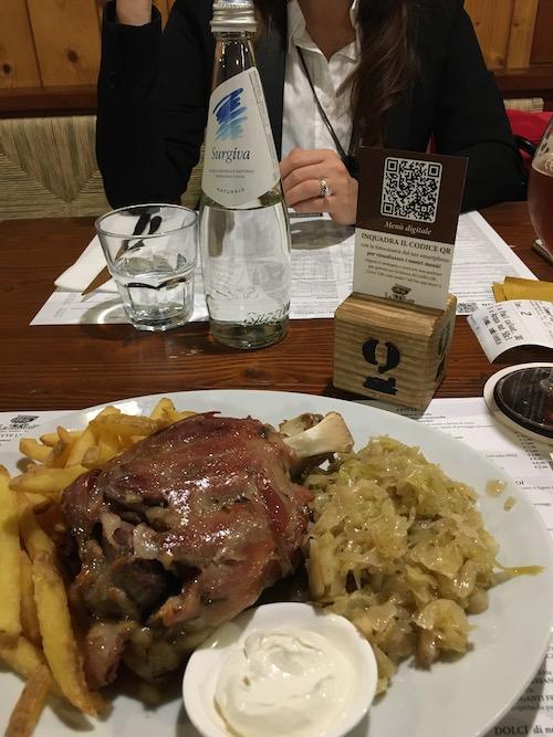 Lo stinco di maiale che ho ordinato in un ristorante pizzeria e che lo chef ha fatto uscire in anticipo rispetto al piatto di mia moglie.